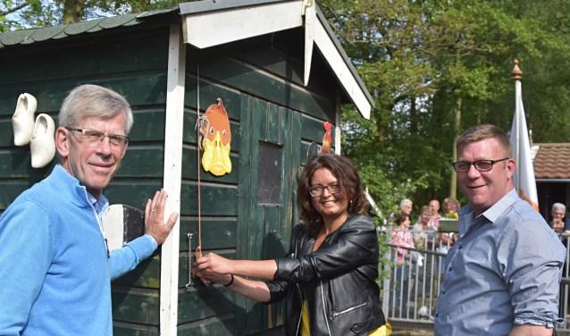 De kippenren wordt geopend door Cor Disseldorp (links), Charlotte van der Zwan en Ruud van Rijn.