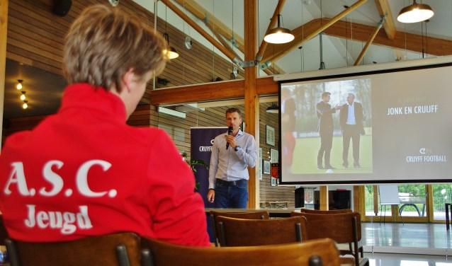 'Complimenten geven aan jonge voetballertjes, is het beste wat je kunt doen', aldus Wim Jonk.   Foto's Willemien Timmers