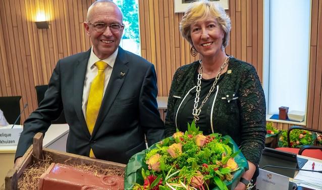 Kees Wassenaar kreeg behalve de Zilveren Speld ook bloemen en een echte Leiderdorpse dakpan van burgemeester Driessen. | Foto: J.P. Kranenburg