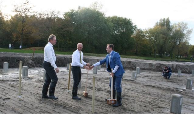 Ivo ten Hage, Martijn van de Poll waren aanwezig bij het slaan van de eerste paal in november 2015. | Foto: archief