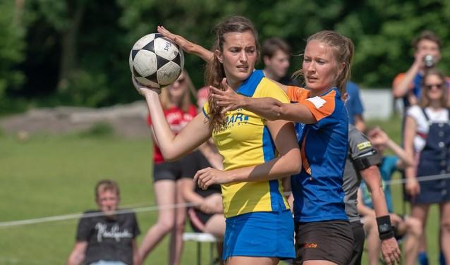 Ilse Hazekamp (rechts) verdedigt sterk en maakt het haar directe tegenstandster zo moeilijk mogelijk. | Foto lichtenbeldfoto.nl