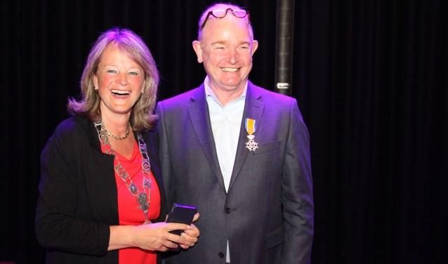 Een geridderde Hans Bet samen met burgemeester Lies Spruit. (Lees het hele artikel op pagina 7 en op www.lissernieuws.nl). | Foto: Arie in 't Veld