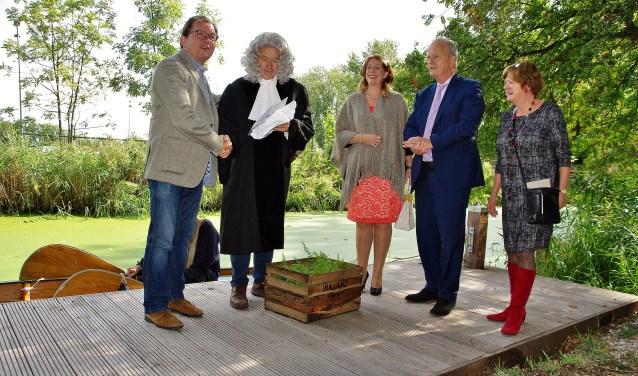 Tijdens de Open Monumentendag 2017 onthulde Herman Boerhaave samen met onder andere burgemeester Carla Breuer een informatiebord bij kasteel Oud-Poelgeest in Oegstgeest. | Foto: archief/Willemien Timmers