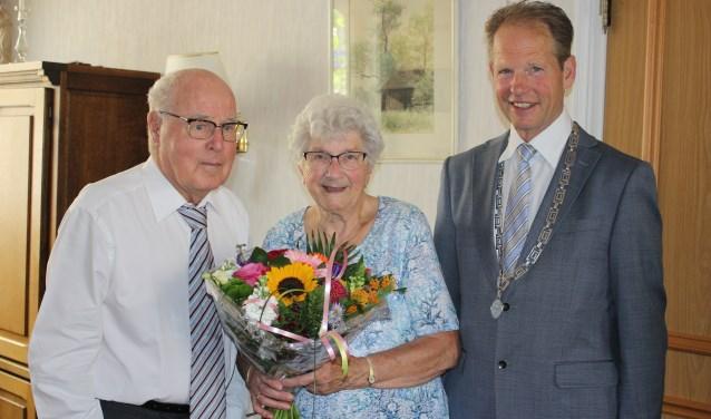 Piet en Corrie Brandsma krijgen natuurlijk bezoek van burgemeester Arie van Erk op deze bijzondere dag. | Foto: Annemiek Cornelissen