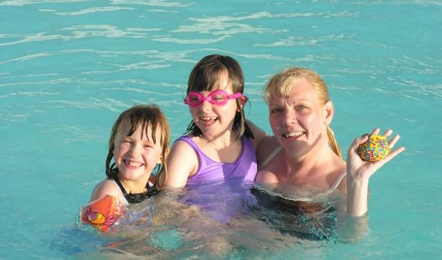 Mama's die met hun kids komen vrijzwemmen, hoeven geen entree te betalen bij De Waterkanten. | Foto: pr