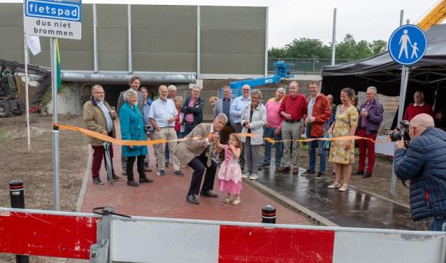 Madelief hielp wethouder Jos Roeffen met het openen van het nieuwe fiets- en wandelpad. | Foto Wil van Elk