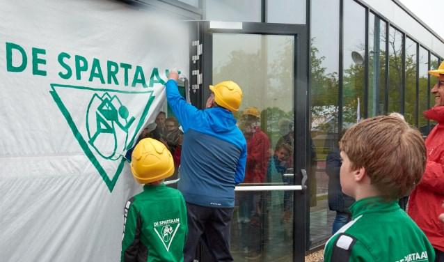 Henk Elfering, oudste lid van AV De Spartaan opende het clubgebouw.