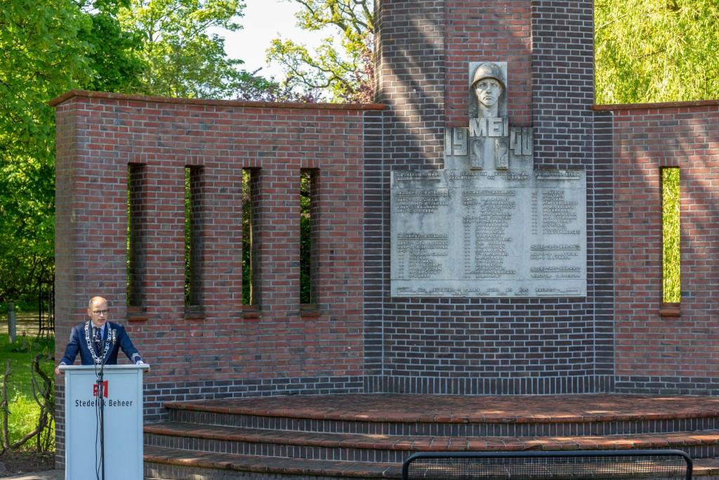 Burgemeester Jaensch hield toespraak bij het monument De Haagsche Schouw. | Foto Wil van Elk  © uitgeverij Verhagen