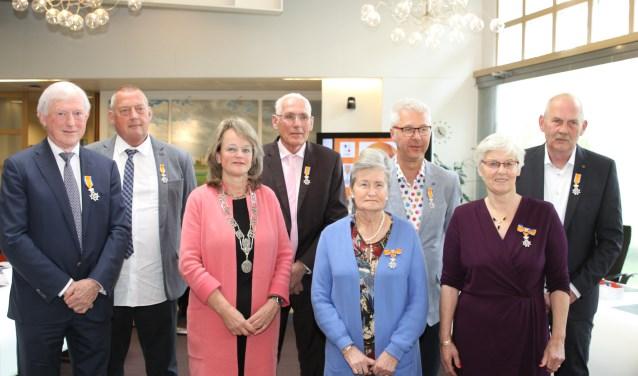 Burgemeester Spruit omringd door de Lissers die een lintje kregen.