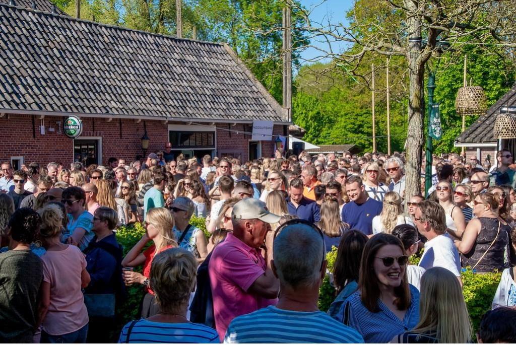 Het terrasfeest bij Brasserie Park werd druk bezocht.  Foto: Johan Kranenburg © uitgeverij Verhagen