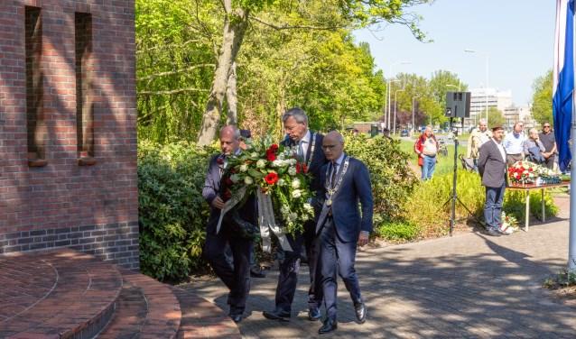 De burgemeesters Visser, Lenferink en Jaensch leggen gezamenlijk een krans. | Foto Wil van Elk