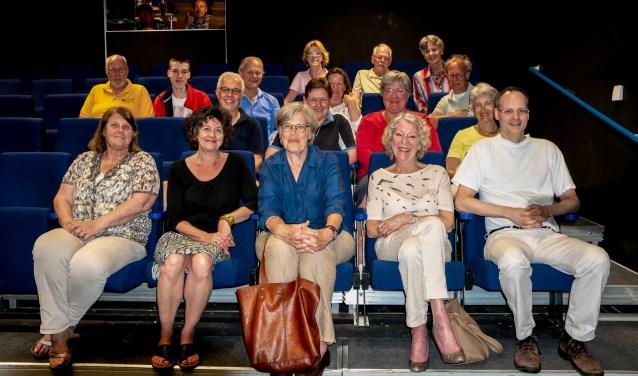 Veertien van de nieuwe vrijwilligers met op de achterste rij bestuursleden Marjan Seelen, Henk Koster en Ellen Gerrese van de Stichting Filmhuis Leiderdorp.