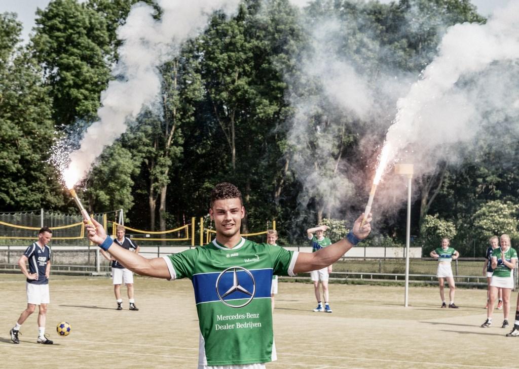 Met twee fakkels in de hand loopt Kevin de Boer trots het veld af.