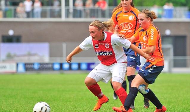Dominique van Wensveen omspeelt slim Joëlle de Bondt en vervolgens Sarina Groeneveld.