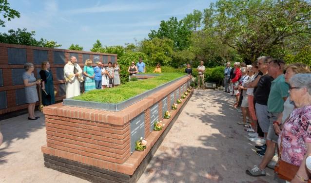 Diaken Peter Winnubst zegende de nieuwe urnenmuur op de begraafplaats van de Rk H. Willibrordkerk aan de Rhijngeesterstraatweg. | Foto Wil van Elk