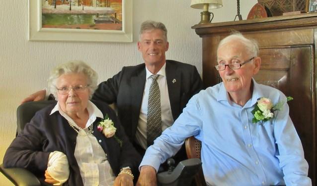 Het echtpaar De Jong Kooreman was op 4 mei 65 jaar getrouwd. Het geheim van een zo lange relatie? 'Altijd rustig blijven en niet op elk akkefietje van je partner letten.' | Foto Wim van Tuijl