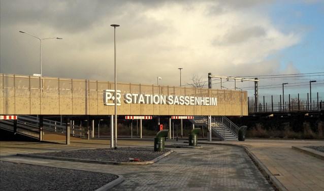 Vorig jaar zijn zeven auto's gestolen bij Station Sassenheim, alle keren nog voordat het nieuwe parkeerdek er stond. | Foto: archief