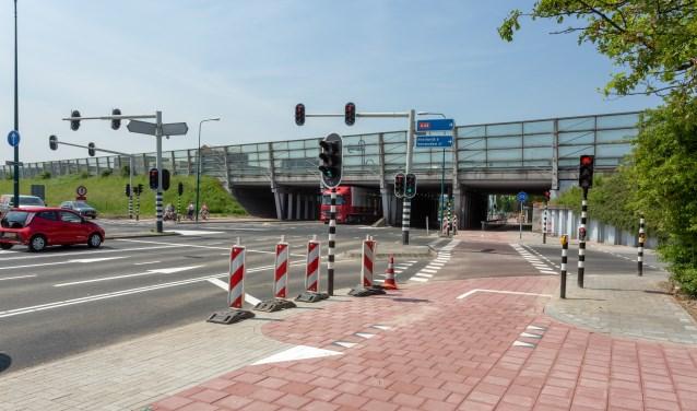 Nieuw wegdek en wegmarkering op het kruispunt aan de Rijnzichtweg. | Foto Wil van Elk