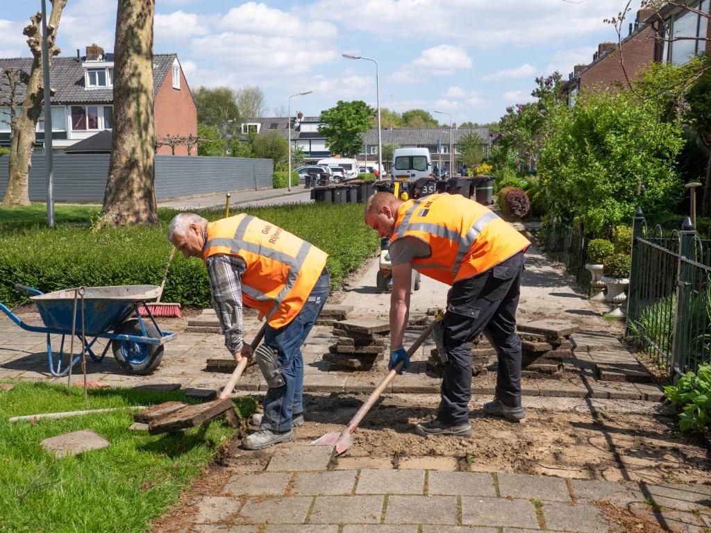 Het is lichamelijk zwaar werk, maar Cor (links) vond het altijd een heerlijk beroep. Foto: pr © uitgeverij Verhagen