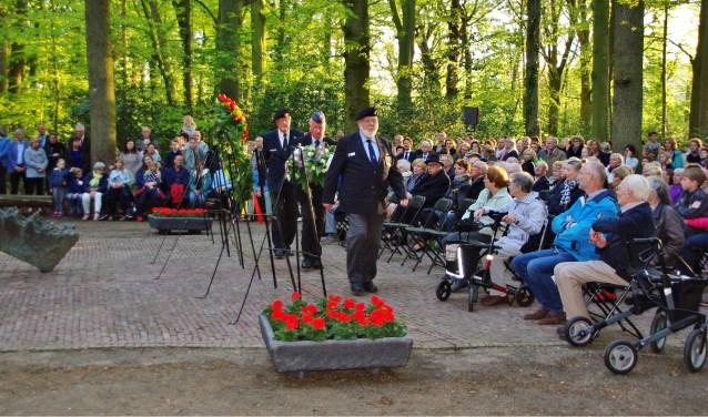 Bij het monument in het bos werden kransen gelegd. | Foto Willemien Timmers