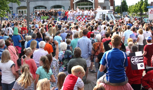 De kampioenen werden bij het gemeentehuis warm onthaald door honderden bewonderaars. | Foto: W. Siemerink