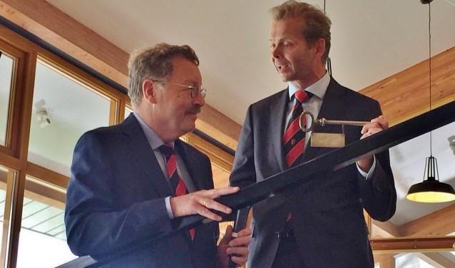 Commissaris voetbal, Coen Verdegaal, draagt de sleutel over aan Frits de Jongh.