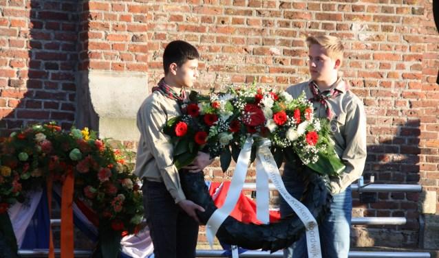 Kransen worden neergelegd bij het herdenkingsmonument voor het gemeentehuis. | Foto: Caroline Spaans