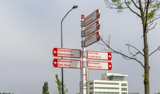 Nieuwe verkeersborden in Leiden verwijzen naar Oestgeest. | Foto Wil van Elk