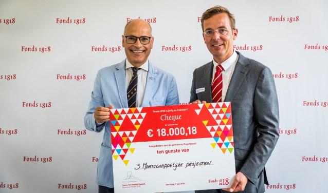 Fonds 1818 heeft de gemeente Oegstgeest een cheque ter waarde van € 18.000,18 aangeboden. | Foto Valerie Kuypers