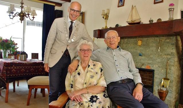 Henk en Wil van Woudenberg werden gefeliciteerd door burgemeester Emile Jaensch.   Foto Willemien Timmers