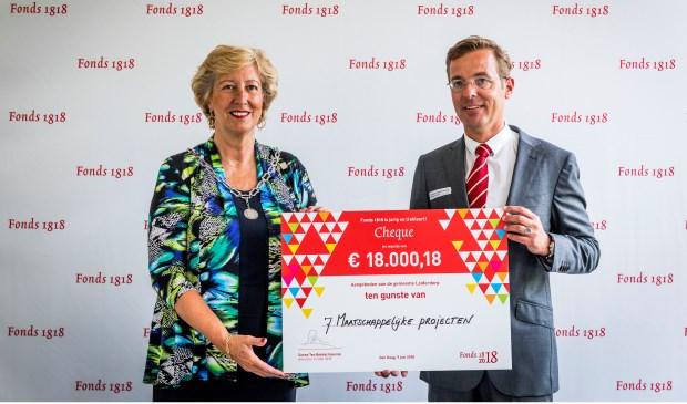 Burgemeester Laila Driessen-Jansen (links) ontvangt de cheque uit handen van Fonds 1818-directeur Sanne ten Bokkel Huinink.