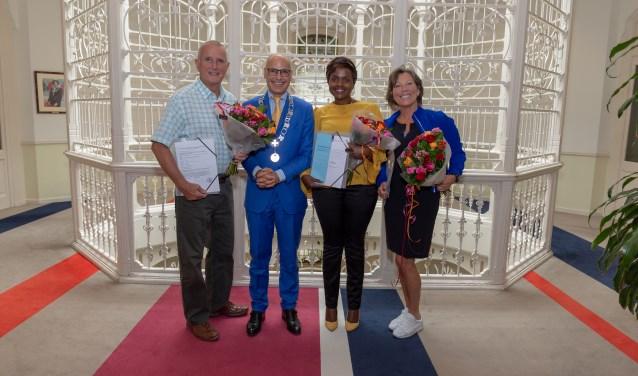 Met de burgemeester op de foto, de nieuwe Nederlanders de heer Urwin , mevrouw Magambo en mevrouw Stevens. | Foto Wil van Elk