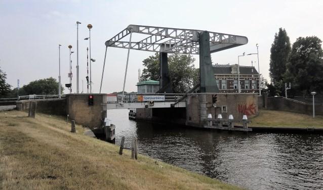 De Spanjaardsbrug, die de Lage Rijndijk in Leiden verbindt met de Zijldijk in Leiderdorp.