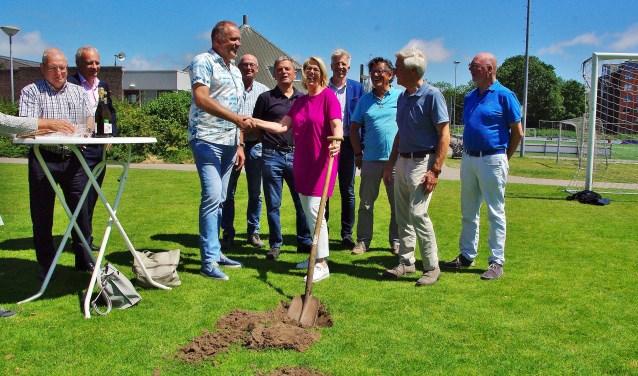 Ineke van Vliet (in het paars) zette de eerste schop in de grond voor de nieuwe velden. | Foto Willemien Timmers