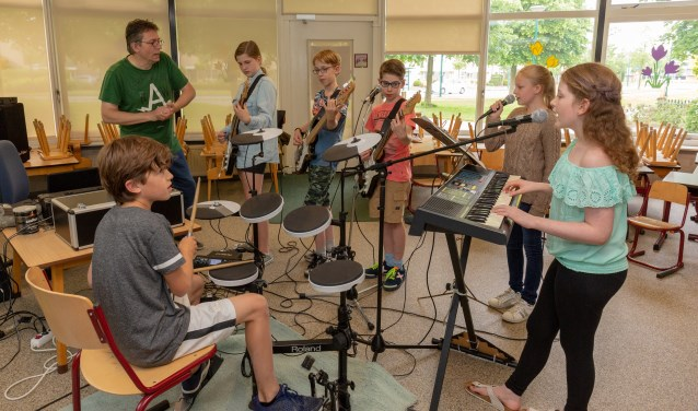 De leerlingen Mike, Lisa, Christine, Luca, Tycho en Fleur vormen het bandje MOS. | Foto Wil van Elk