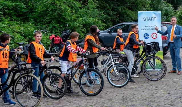 Wethouder Willem Joosten geeft het startsein voor het praktisch verkeersexamen.