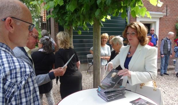 Burgemeester Carla Breuer deelt de eerste honderd routeboekjes gratis uit. | Foto: pr.
