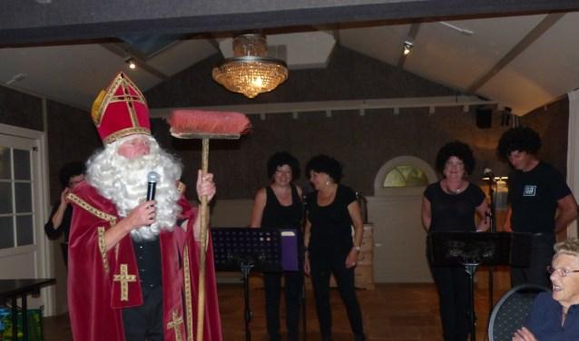 Ook Sinterklaas, de glansrol van Chris Tetteroo, is aanwezig bij de laatste feestavond van bewonerscommissie De Kern. | Foto: pr.