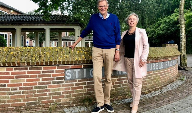 Hans Lommerse en Karin Peters bij het bekende muurtje in Hillegom van de Stichting Kulturele Raad op de hoek van de Pr Irenelaan en de Mariastraat. | Foto: Caroline Spaans