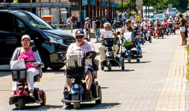 De middag was gereserveerd voor een scootmobieltocht door en om Leiderdorp. | Foto: J.P. Kranenburg