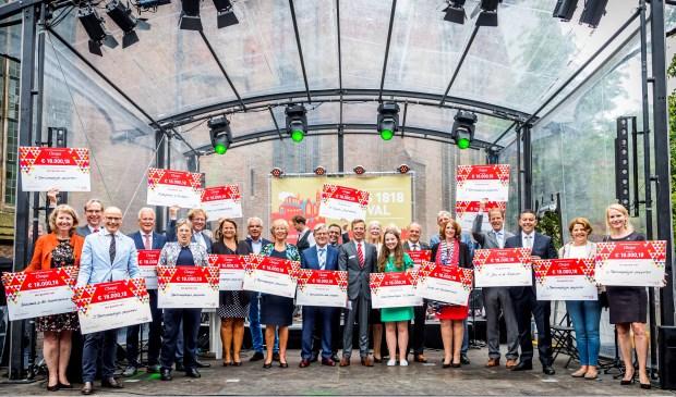 Burgemeester Carla Breuer neemt samen met achttien andere burgemeesters de cheques in ontvangst tijdens het festival. | Foto: pr.