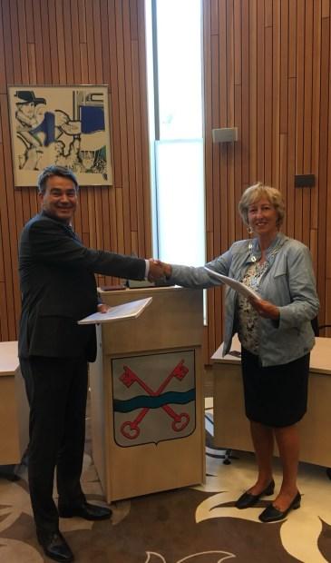 Een handdruk na de ondertekening van de exploitatieovereenkomst.