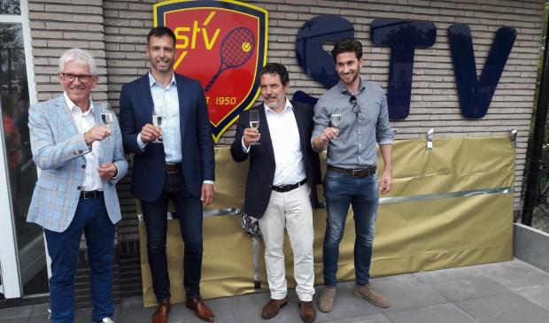 Voorzitters René Vos (l) en Hans Wingender proosten samen met wethouder Bas Brekelmans en Joost van Berge Henegouwen (r) op de officiële opening van het nieuwe tenniscomplex. Van Berge Henegouwen ontwierp het nieuwe logo voor de tennisvereniging. | Foto: pr.