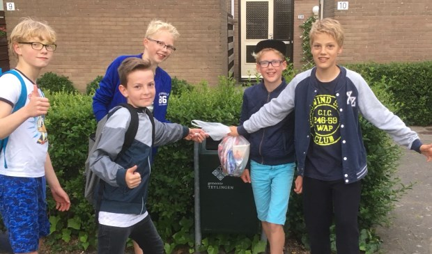 Hidde (8), Ben (8), Kilian (8), Jorrick (6), Twan (8) ruimen afval op tijdens de Avondvierdaagse. | Foto: pr.