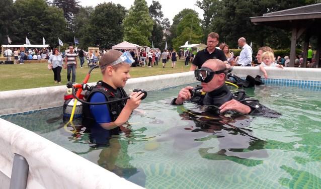 Tim maakt een proefduik tijdens het festival. Meer foto's op www.deteylinger.nl. | Foto: MV