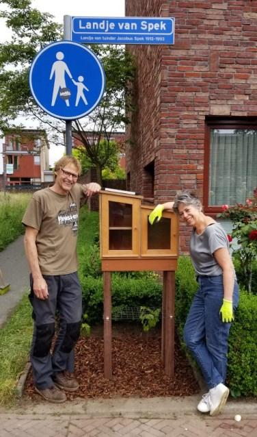Happy Koops en Jos Ooievaar bij de nieuwe minibieb. | Foto: PR
