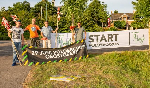 Jan-Willem Bom, Rob Heemskerk, Aad van der Burg en Rick Heemskerk op de plek waar de Poldercross dit jaar zal starten. | Foto Wil van Elk