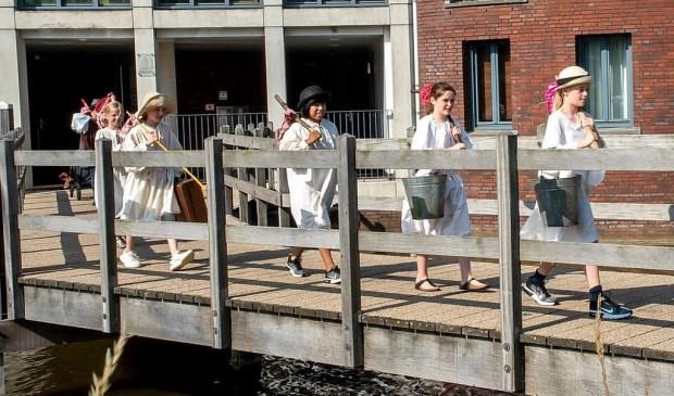 De kinderen van Theaterplaats komen op via de brug bij de Donjon.  Foto: Johan Kranenburg © uitgeverij Verhagen