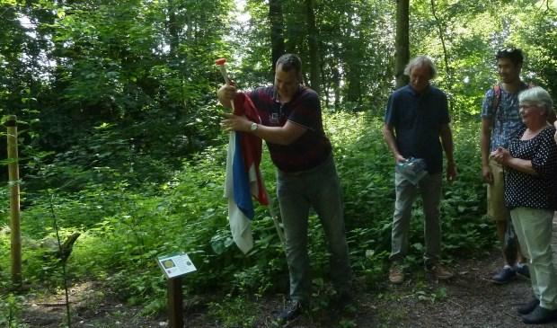 Voorzitter Joep Derksen mag het informatiebordje bij de Tulpenboom onthullen. | Foto: pr.
