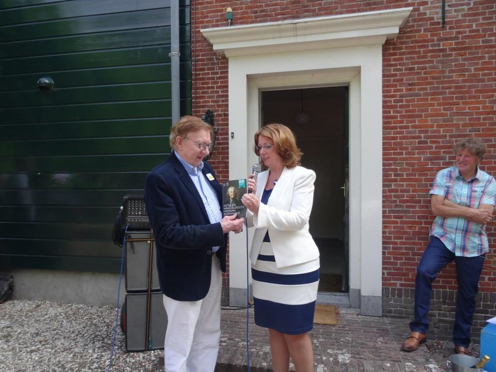 Jos Warmenhoven krijgt het eerste routeboekje overhandigd van burgemeester Breuer. | Foto: pr. Foto: pr. © uitgeverij Verhagen